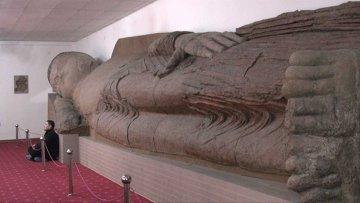В музее Душанбе лежит самая большая на планете статуя Будды из глины